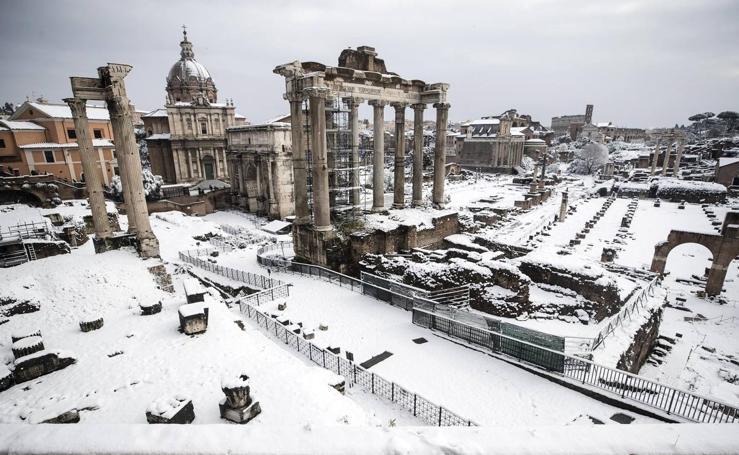 Una intensa nevada cubre Roma