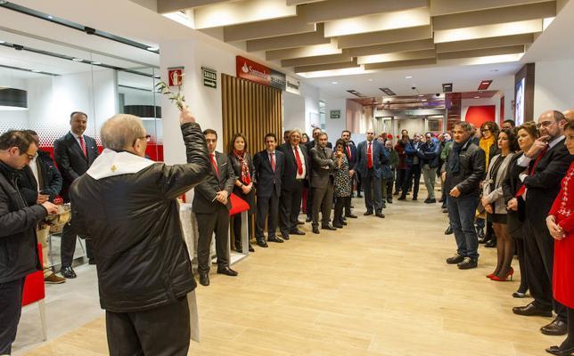 Banco Santander inaugura su oficina 'Smart Red' en la avenida del Acueducto