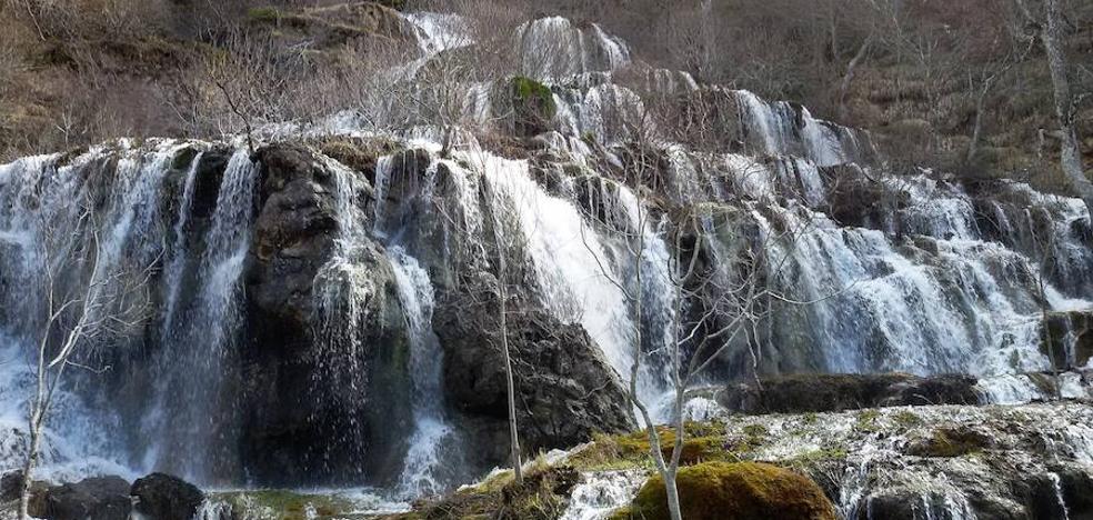 El deshielo hace brotar de nuevo la cascada palentina de Covalagua