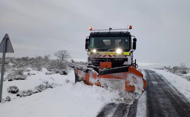 Cerca de 190 kilómetros de carreteras afectadas por la nieve en Ávila