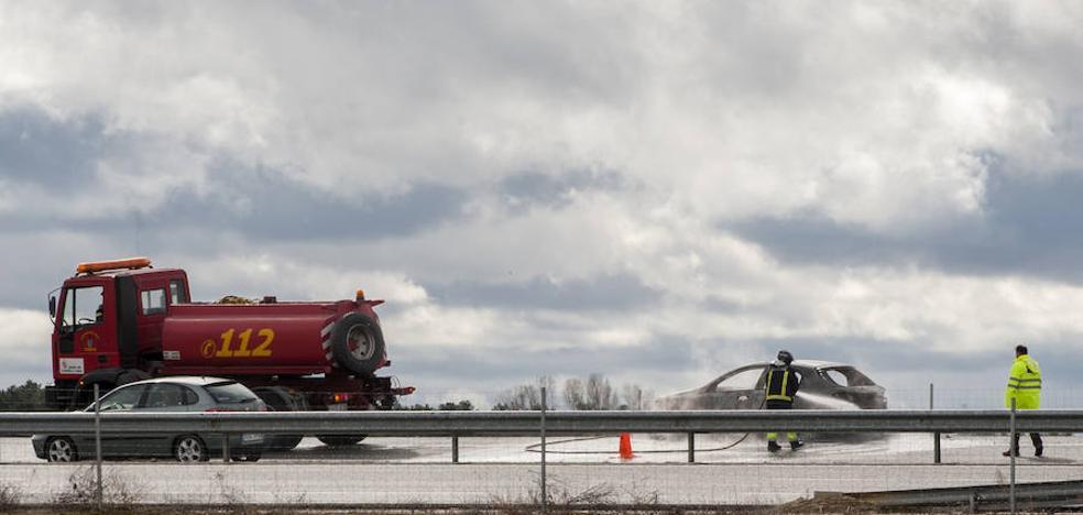 Arde un coche en plena autovía entre Segovia y Valladolid
