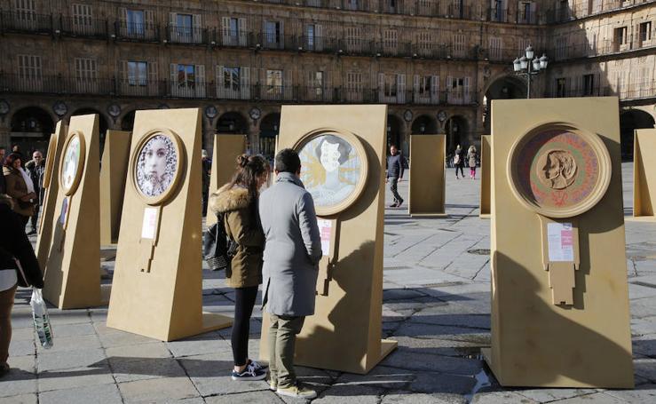 Una exposición en la Plaza Mayor de Salamanca recuerda a las pioneras de la Usal