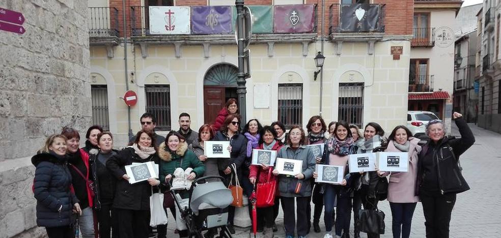 Concentración junto al Ayuntamiento de Peñafiel para reclamar la igualdad entre hombres y mujeres