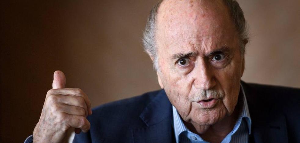 Blatter: «Platini está sufriendo pero es joven y tiene futuro»