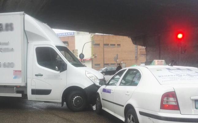 Accidente entre un camión y un taxi ocupado bajo el Arco de Ladrillo