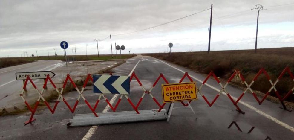 Los bomberos de la Diputación intervienen por inundaciones en cinco carreteras de la provincia
