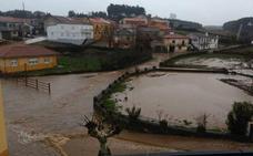 El agua de las últimas horas corre por las calles de Robleda