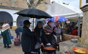 La Feria de Botijeros se refugia bajo el paraguas para cumplir la tradición