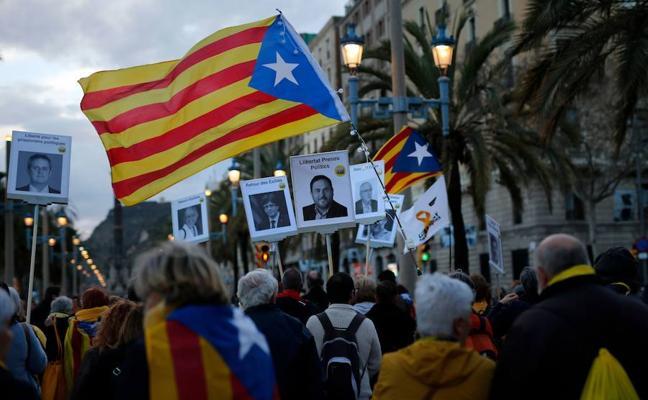 Miles de personas presionan a los partidos para que formen ya un Gobierno que implemente la República