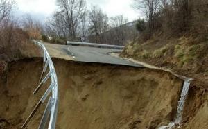 Se derrumba una carretera en el Puerto de Mijares por las lluvias y el deshielo