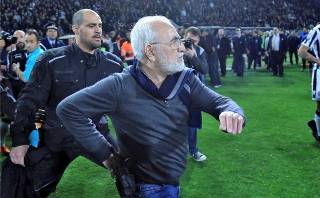 El presidente del PAOK pide «disculpas» por entrar al campo con una pistola