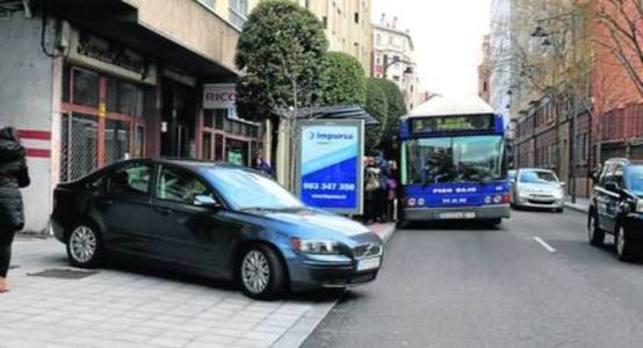 Denuncian la salida peligrosa del aparcamiento de Doctrinos por el cartel de una parada de autobús
