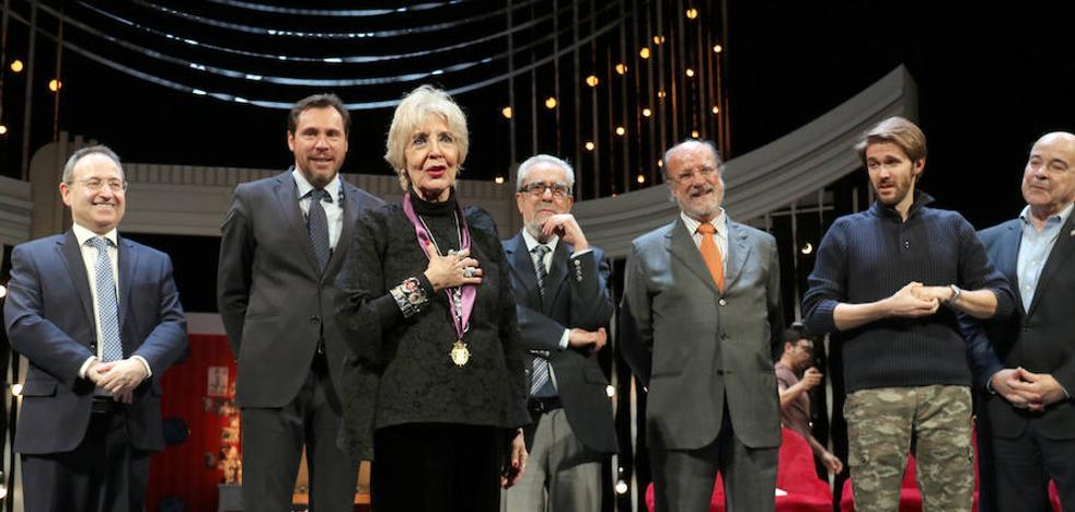 Concha Velasco se convierte en una «institución» al recibir la Medalla de Oro de Valladolid, que dedica a su madre