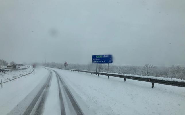 Dos heridos en accidente por la nieve en Salamanca, donde mejora la situación