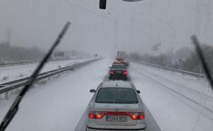 Varios vehículos atrapados y dificultades de tráfico por la nieve en Salamanca