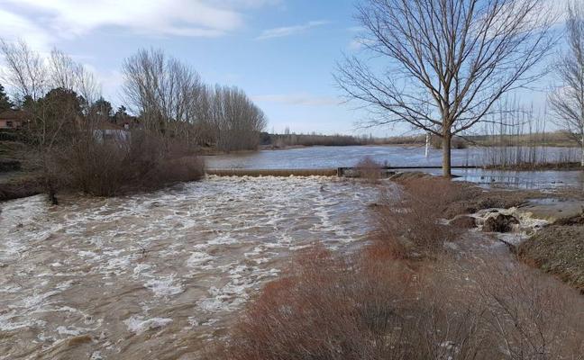 El abundante caudal de los ríos condiciona el inicio de la temporada de pesca