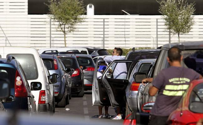 Descuidos que pueden provocar que te pongan una multa (hasta con el coche parado)