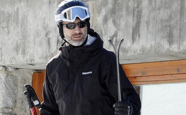 El rey disfruta de un jornada de esquí en solitario