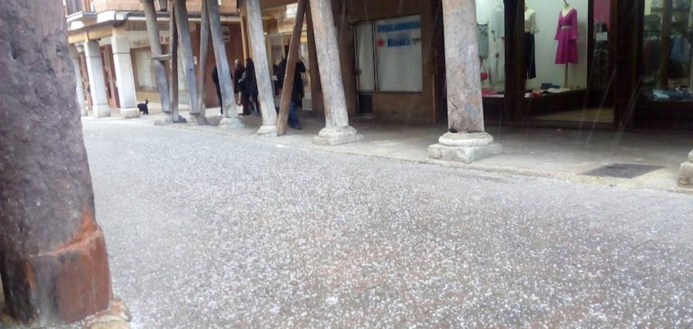 Una granizada tiñe de blanco las calles de Rioseco