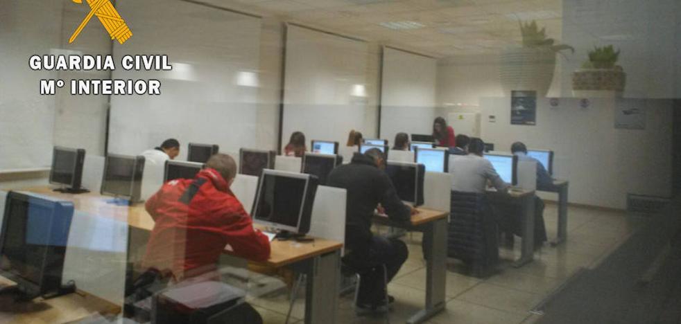 'Cazados' mientras copiaban el examen de tráfico usando dispositivos electrónicos