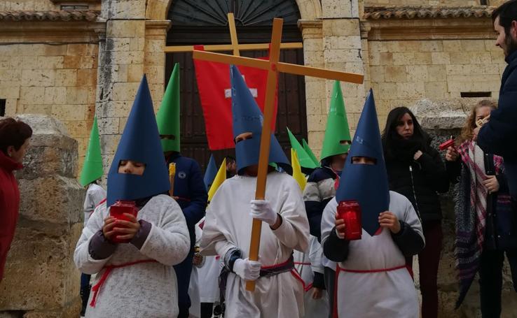 Procesión infantil en Torrelobatón con los niños del colegio Padre Hoyos
