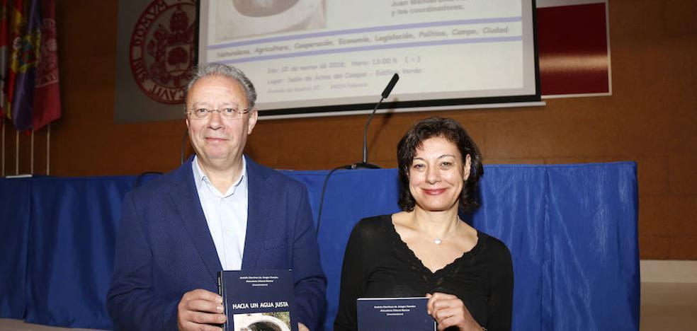 Dos profesores de agrarias presentan el libro 'Hacia un agua justa'