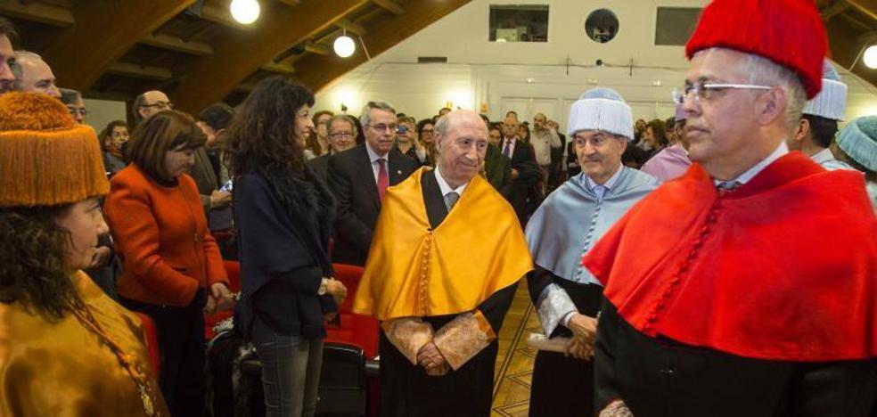 La Universidad de Valladolid inviste a Peridis doctor honoris causa por su «tremenda tarea como emprendedor social»