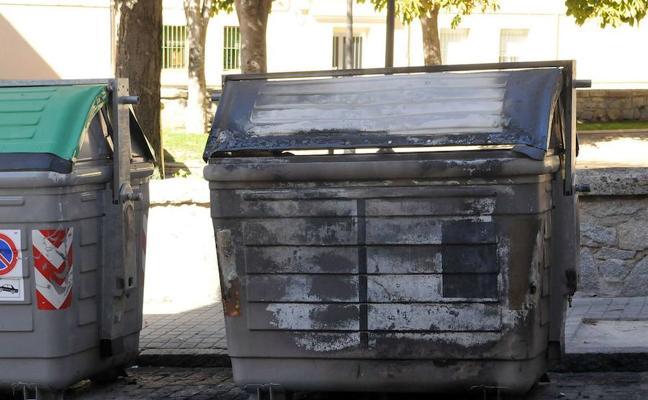 Arden dos contenedores en menos de una hora en las calles Santa Isabel y Larga