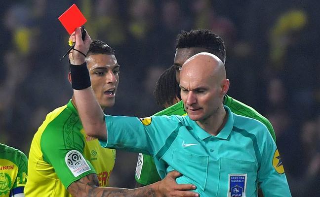 Sanción de ocho meses para el árbitro que propinó una patada a un jugador