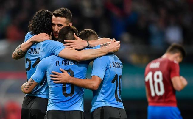 Suárez y Cavani meten a Uruguay en la final de la China Cup contra Gales