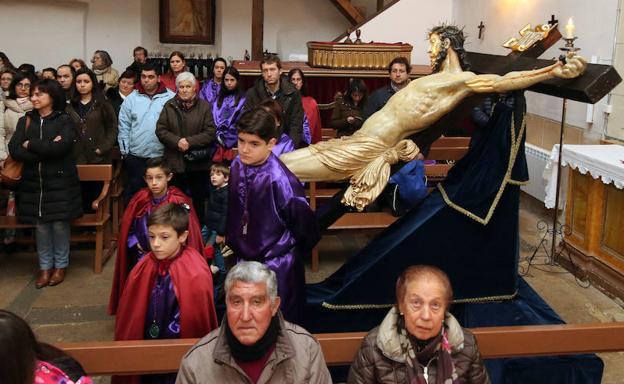Rezo de las Tres Caídas, ayer, en el interior de la iglesia de San Marcos. /A. De Torre