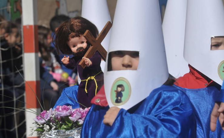 Los alumnos del colegio Amor de Dios desfilan en su propia procesión de Semana Santa