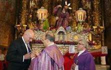 Carnero recibe la medalla como cofrade de honor de la Real Cofradía Penitencial Cristo Despojado