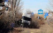 Un camionero herido en un accidente de tráfico en la A-62 a la altura de Fuensaldaña