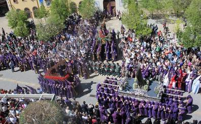 Los nazarenos acortan la procesión de Los Pasos por la amenaza de lluvia