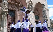 El Santísimo Cristo de Burgos desafía al viento clavado en la cruz