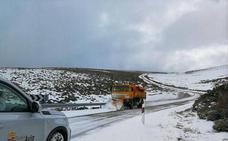 La nieve cae en la provincia de Ávila, donde la Diputación ha actuado en 25 carreteras