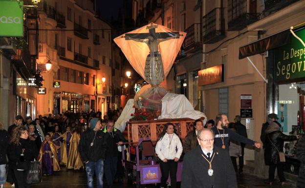 La venerada imagen del Cristo del Mercado, a cubierto, en su traslado por la Calle Real. /Antonio Tanarro
