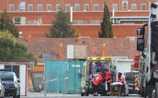 Los bomberos rescatan a dos operarios de Seda inconscientes en un tanque