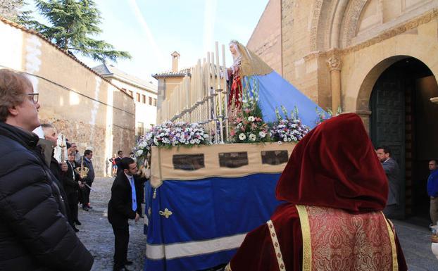 Salida de la imagen de la Virgen del Rocio desde la iglesia de San Sebastián. /Tanarro