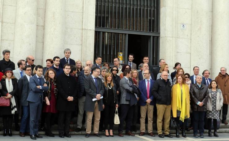 Concentración de jueces y fiscales a las puertas de la Audiencia Provincial de Valladolid