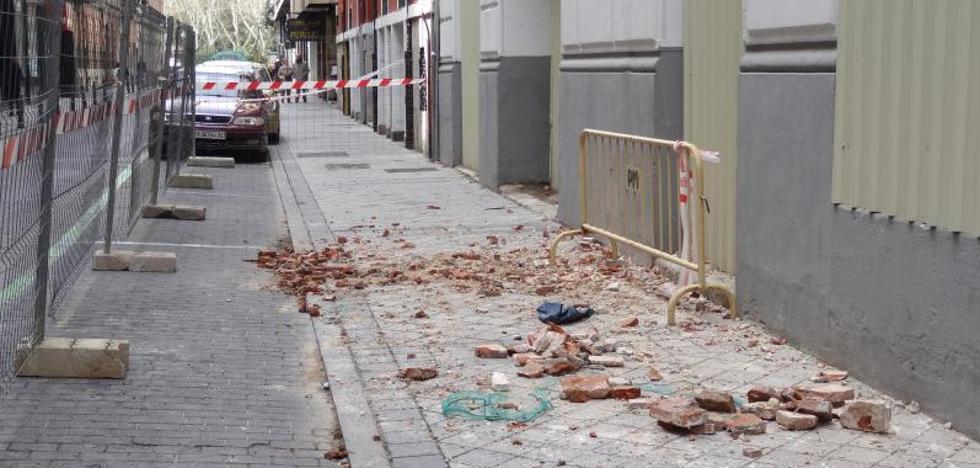 Prohibido el paso ante el riesgo de caídas de cascotes en Colmenares y Dos de Mayo