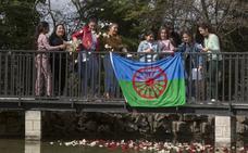 La comunidad gitana arroja pétalos de flores al agua en recuerdo de sus antepasados