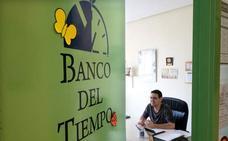 El Banco del Tiempo afianza el intercambio de servicios pese a la ligera caída de socios