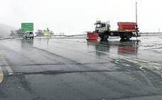 La nieve y el granizo dificultan el tráfico y causan cortes ocasionales en las autopistas