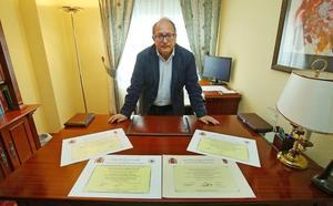 El diputado del PP Eduardo Fernández, con tres carreras y un máster, rechaza la «plaga nacional» de fraudes en los títulos académicos
