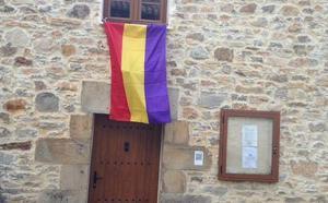 La Policía Local exige retirar la bandera republicana de la casa concejo de Puentetoma
