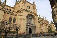Edificios palaciegos a la sombra de la Dama de las Catedrales