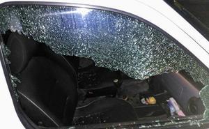 Fractura la ventanilla de diez vehículos y roba varios objetos