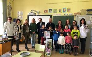 El colegio de Baños de Cerrato recibe un premio por recoger pilas